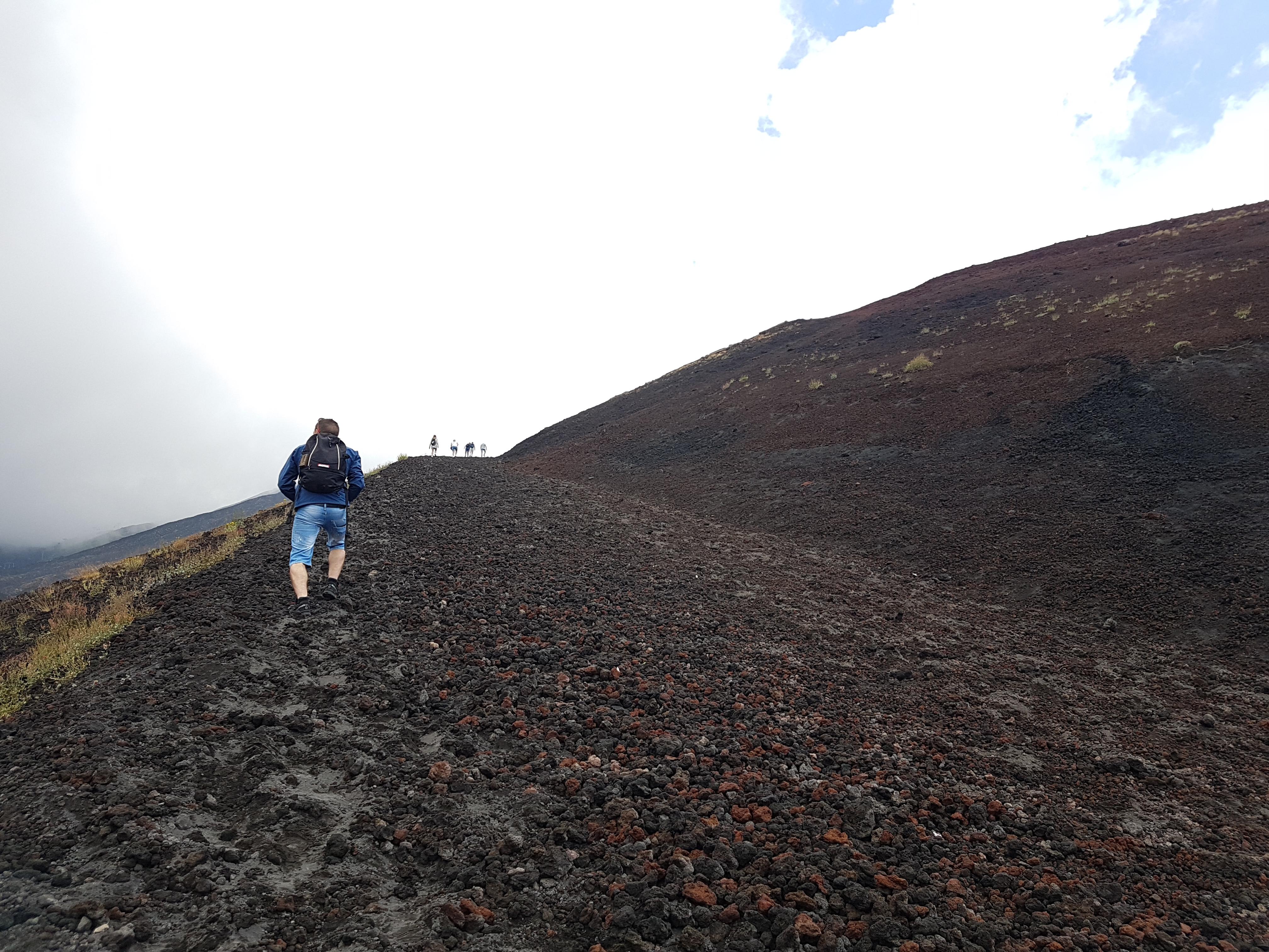 Steile pad naar de top van de Silvestri krater superiore