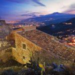 Taormina di sera con vista sull'Etna