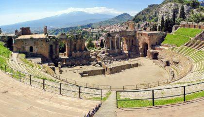 Etna vista dal teatro greco di Taormina