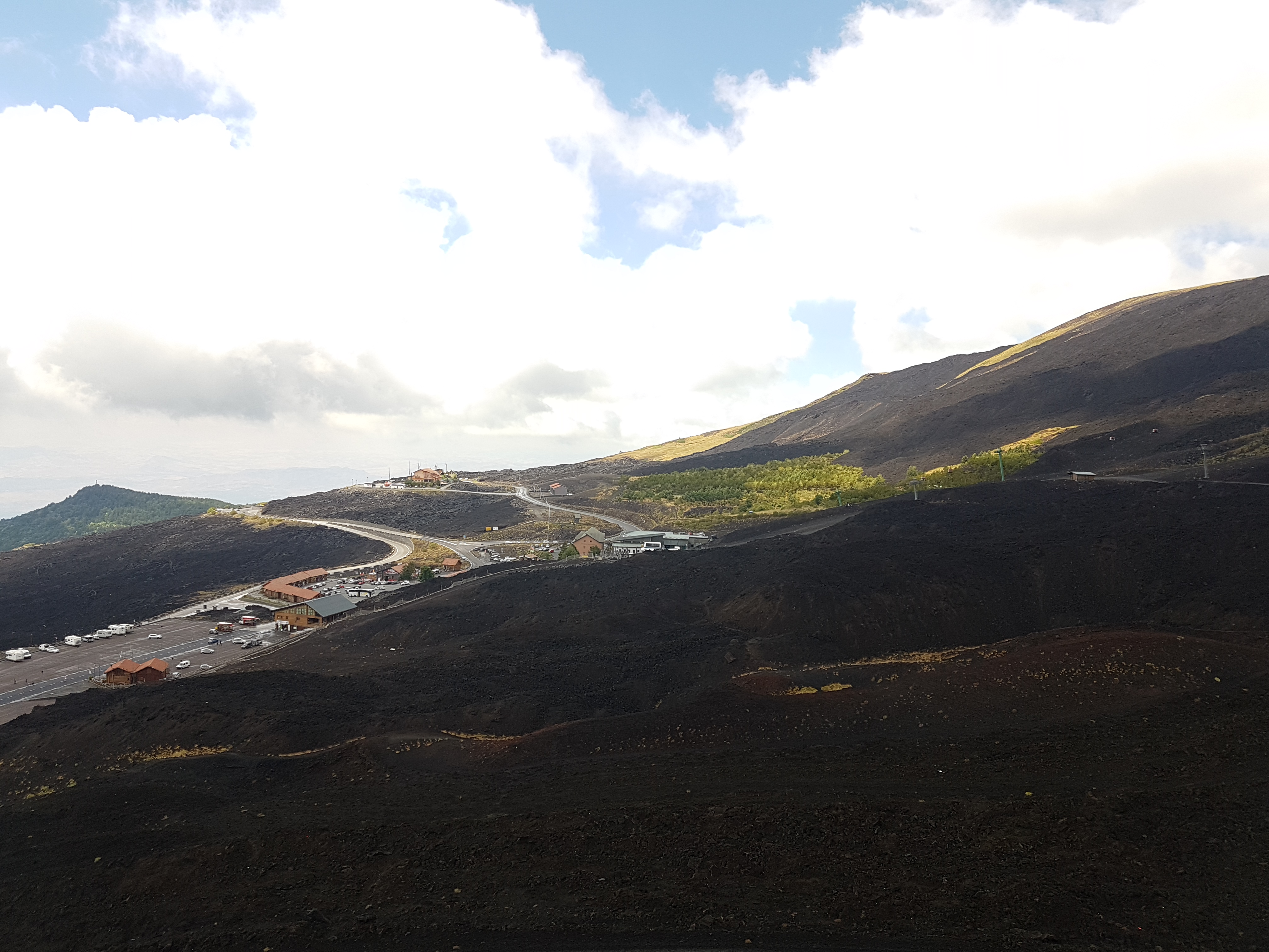 Uitzicht op de parkeerplaats vanaf de krater