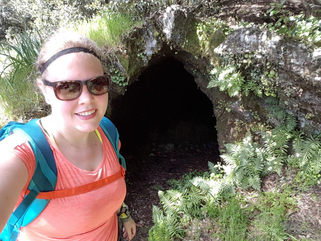 Anniek voor de ingang van de Grotta Cicirello