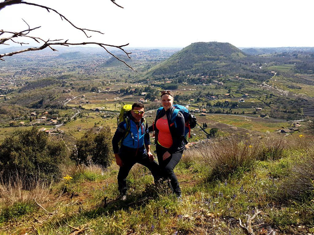 Anniek en Alessandro op de Monte Ilice met uitzicht op oude kraters