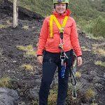 Anniek in attrezzatura da arrampicata per la discesa nella 'Grotta dei tre livelli'