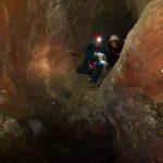 Fissare le corde per la discesa nella Grotta dei tre livelli