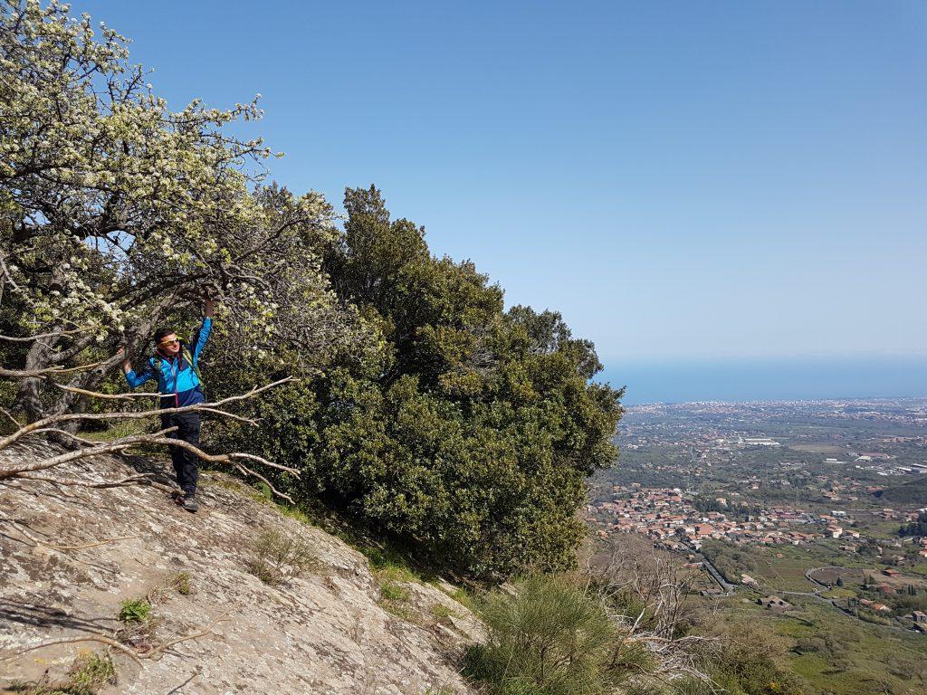Uitzicht vanaf de Monte Ilice krater op zee
