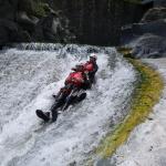 Glijden van rotsen in de Alcantara rivier