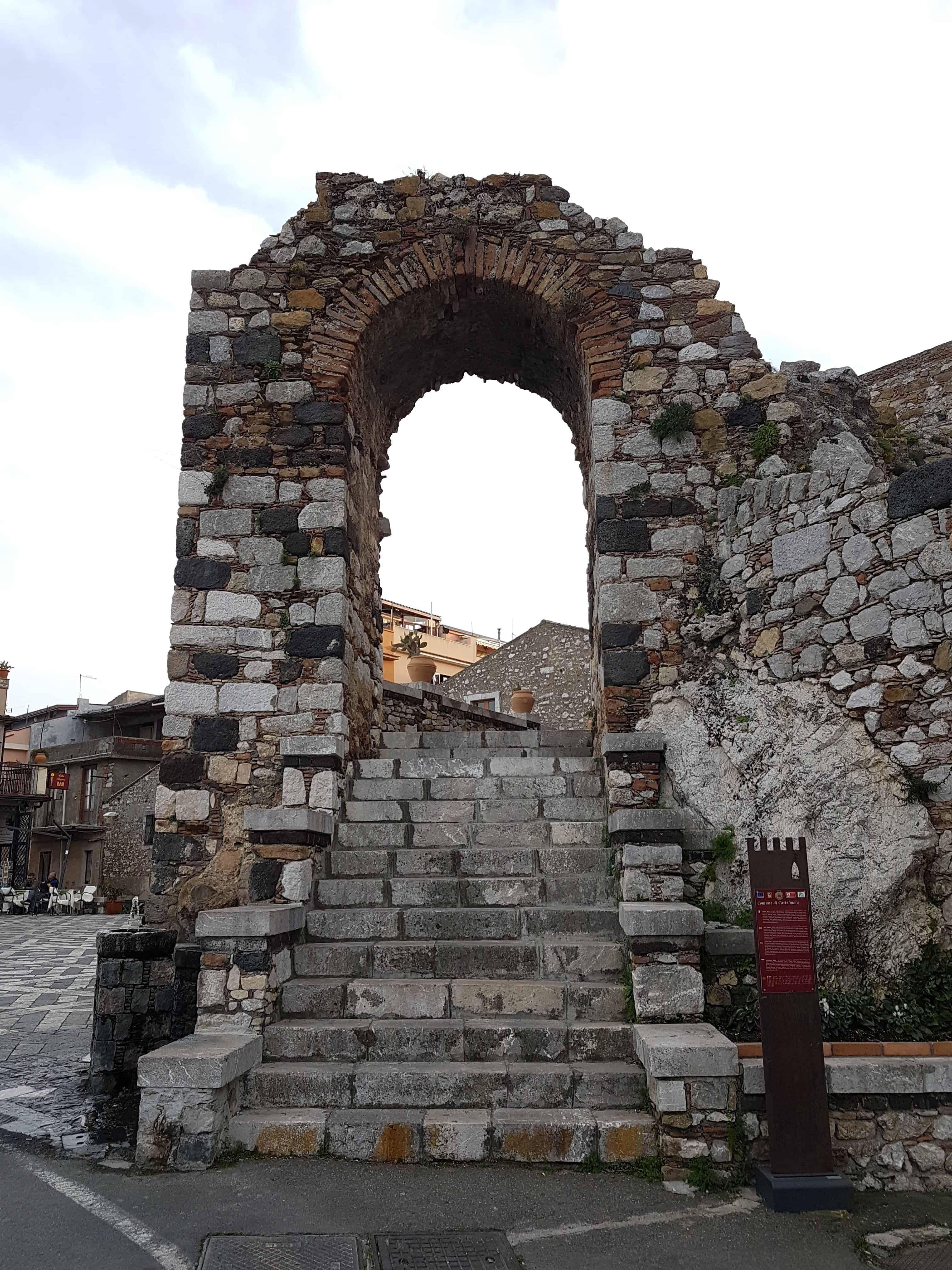 Toegangspoort Castelmolo